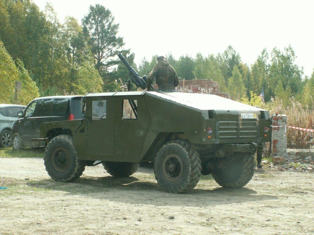 движущийся макет американского автомобиля HMMWV с пулеметом на борту